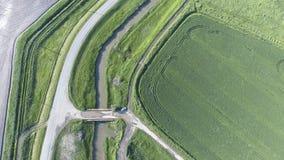 La vue supérieure du champ de blé et du canal du système d'irrigation Tir d'un bourdon Photographie stock
