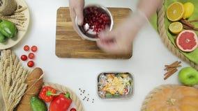 La vue supérieure du chef remet les légumes et le fruit de coupe, faisant Mode de vie sain, nourriture de régime banque de vidéos