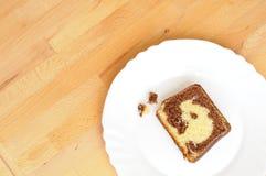 La vue supérieure du chocolat a marbré la tranche de gâteau Photographie stock libre de droits