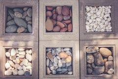 La vue supérieure du groupe ou modèlent beaucoup de diverses petites roches sur la terre pour la décoration de jardin à extérieur photographie stock