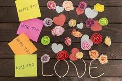 La vue supérieure du message imitation écrite dans les autocollants colorés sur un amour knoted le fond Photo stock
