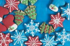 La vue supérieure du pain d'épice tient le premier rôle des bottes et des arbres de Noël Photo stock