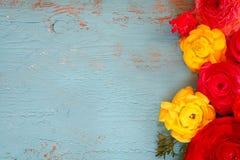 La vue supérieure du ressort coloré fleurit sur le fond en bois bleu Vintage filtré Photographie stock