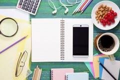 La vue supérieure du smartphone avec des accessoires de café et de bureau courtisent dessus Photos libres de droits