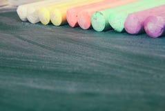 La vue supérieure du tableau noir vide avec le colorfull marque à la craie Image libre de droits