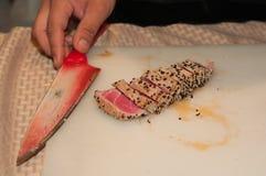 La vue supérieure du thon découpé et desséché en tranches a enduit des graines de sésame grillées Image stock