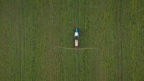 La vue supérieure du tracteur traite les usines agricoles sur le champ banque de vidéos