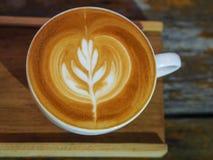 La vue supérieure est un art de latte qui est sur une soucoupe en bois Photo stock