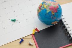 La vue supérieure se préparent aux vacances de planification sur le plancher en bois Images stock
