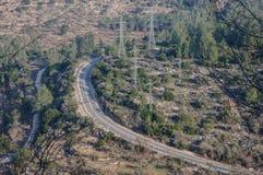 La vue supérieure sur la route s'est étendue par une grande forêt Images stock