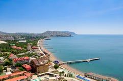 La vue supérieure sur la ville Sudak, Crimée, ciel et mer Image libre de droits