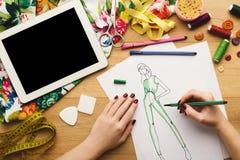 La vue supérieure sur le dessin de concepteur de femme vêtx des croquis Images libres de droits