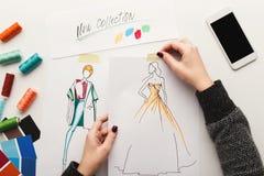 La vue supérieure sur le dessin de concepteur de femme vêtx des croquis Photographie stock