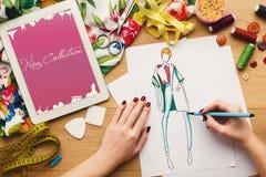 La vue supérieure sur le dessin de concepteur de femme vêtx des croquis Photo stock