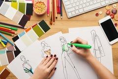 La vue supérieure sur le dessin de concepteur de femme vêtx des croquis Image libre de droits