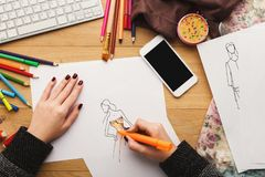 La vue supérieure sur le dessin de concepteur de femme vêtx des croquis Image stock