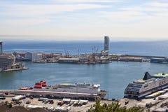 La vue supérieure sur le port maritime avec les bateaux de croisière le 9 mai 2010, Barcelone, Espagne Photo libre de droits