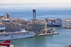 La vue supérieure sur le port maritime avec les bateaux de croisière le 9 mai 2010, Barcelone, Espagne Image libre de droits