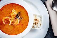 La vue supérieure sur la soupe à Tom yum a servi dans le plat blanc avec du riz soupe avec la crevette, les fruits de mer, le lai photos libres de droits