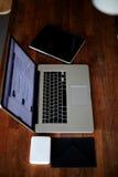 La vue supérieure a tiré avec l'ordinateur portable et le comprimé numérique sur le bureau en bois Photos stock