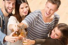 La vue supérieure a tiré des amis heureux avec des cocktails d'alcool Image libre de droits