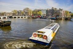 La vue sur Amsterdam et l'Amstel les déchirent avec des bateaux de croisière, le bas Photos libres de droits