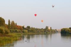 La vue sur des ballons sont au-dessus de rivière de ROS dans la ville de Bila Tserkva Image libre de droits