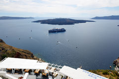 La vue sur la ville et les touristes de Fira appréciant leurs vacances Photographie stock