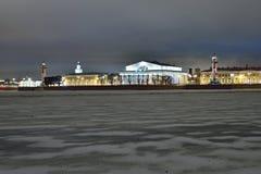 La vue sur le Strelka de l'île de Vasilyevsky de Peter et Photos stock