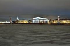 La vue sur le Strelka de l'île de Vasilyevsky de Peter et Photo libre de droits