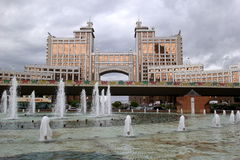 La vue sur les bâtiments, les fontaines et un pont image stock