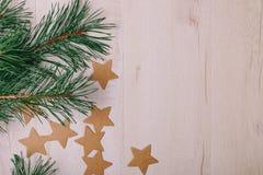 La vue sur les branches de pin et les étoiles de carton Image stock