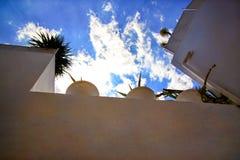 La vue sur les maisons blanches couvrent le balcon et le ciel bleu de nuages en Médina de hammamet Tunisie sur la côte méditerran photo libre de droits