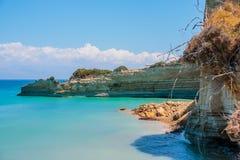 La vue sur les montagnes étonnantes de roche d'île aboient en eau bleue d'espace libre de mer ionienne et cavernes bleues Roches  Photographie stock libre de droits