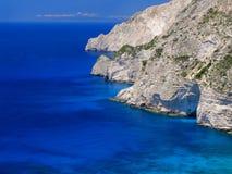 La vue sur les montagnes étonnantes de roche d'île aboient en eau bleue d'espace libre de mer ionienne et cavernes bleues Vacance Image libre de droits