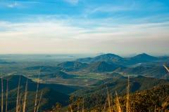 La vue sur les montagnes boisées, vallées vertes entre elles a Photographie stock libre de droits