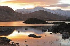 La vue sur Rannoch amarrent les montagnes écossaises. Images stock