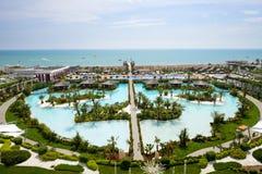 La vue sur une plage d'hôtel de luxe moderne Photos stock