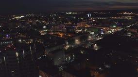 La vue verticale de nuit aérienne du gratte-ciel a illuminé des rues dans une ville moderne clip banque de vidéos