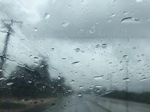 La vue vide de route et de campagne du ` s de voiture affrontent le pare-brise Photo stock