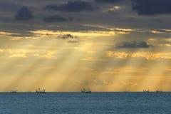 La vuelta de barcos pesqueros  Imagenes de archivo