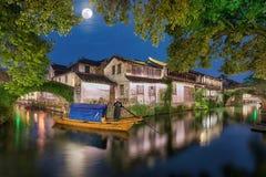 La Watertown antigua Zhouzhuang en China con la Luna Llena fotografía de archivo libre de regalías