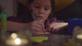La web de araña del dibujo de la muchacha en una tarjeta Preparación para la celebración de Halloween metrajes