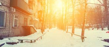 La yarda del edificio de varios pisos en el sol de igualación en el invierno foto de archivo