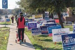 La yarda firma en la calle residencial para el día de elecciones primarias en el Dal imagen de archivo libre de regalías