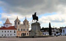 La yarda real del palacio con la estatua del rey y el convento de St Augustine foto de archivo