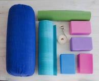 La yoga apoya bloques, la correa, el rodillo y la alfombra Foto de archivo libre de regalías