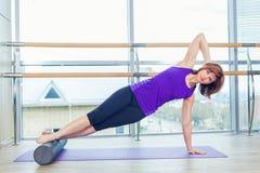 La yoga de la aptitud del gimnasio de la bola de la estabilidad de la mujer de Pilates ejercita a la muchacha imagenes de archivo