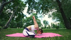 La yoga de la práctica de la mujer, se sienta en la actitud del loto, forma de vida sana, belleza interna almacen de metraje de vídeo