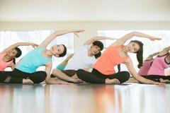 La yoga de las mujeres jovenes dentro guarda calma y medita mientras que practica yoga para explorar la paz interna Foto de archivo